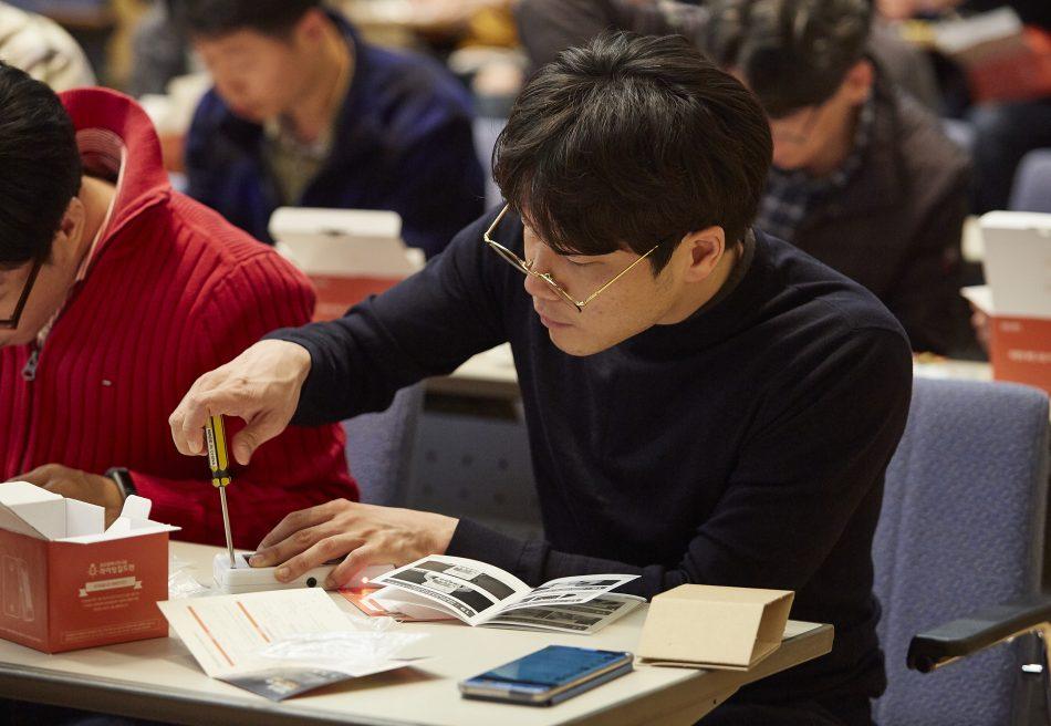 One thousand Samsung Electronics employees volunteered to assemble the LED lamp kits
